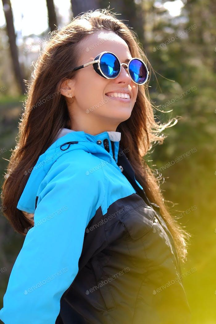 Morena emocional femenina en gafas de sol.