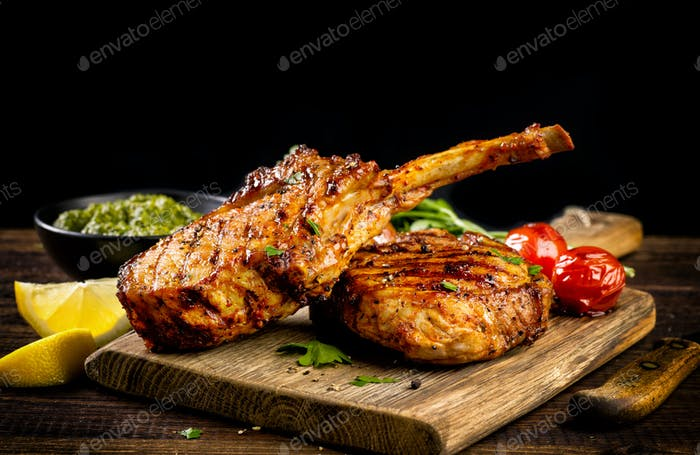 Frisch gegrillte Tomahawk Steaks