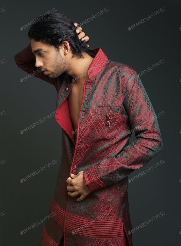 Hombre en ropa tradicional india
