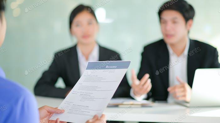 Проведение собеседований с соискателями, представляющими свое резюме для руководителей, чтобы рассмотреть.