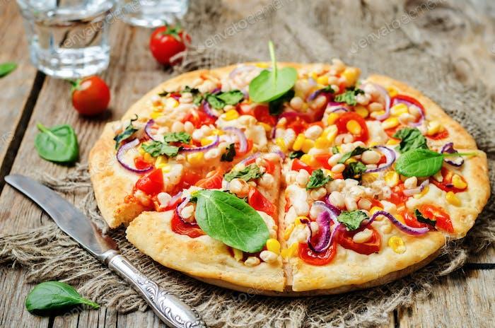 weiße Bohnen, Spinat, Mais und Tomatenpizza mit weißen Bohnen cru