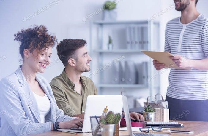 Frau lächelnd ihren Laptop