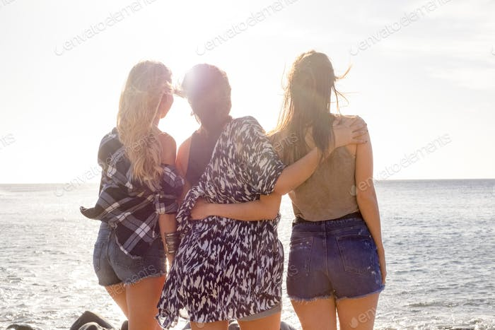 Drei junge schöne Frau mit Blick auf den Horizont. Hinteres Pint der Ansicht.