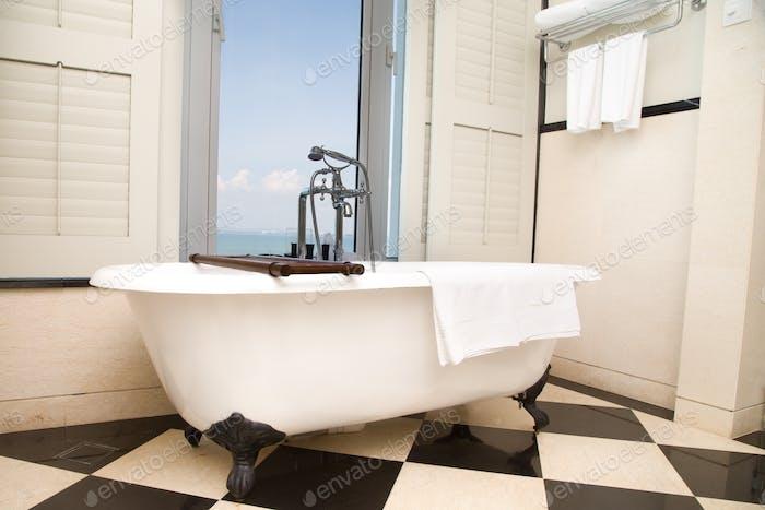 Luxuriöse Badewanne mit entspannendem Umgebungsfenster mit malerischem Meerblick