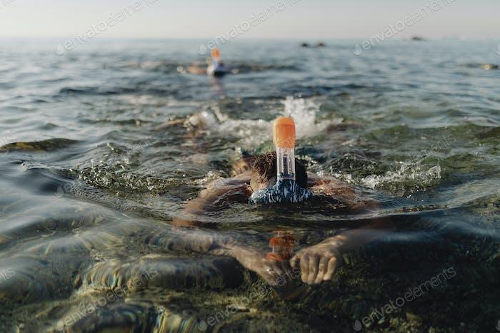Männer schnorcheln im Meer