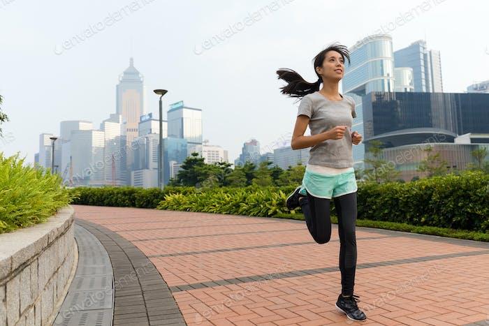 Женщина бег трусцой на открытом воздухе