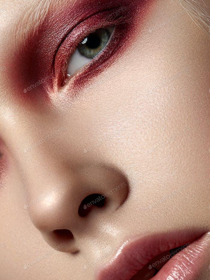 Mujer joven hermosa con maquillaje de moda