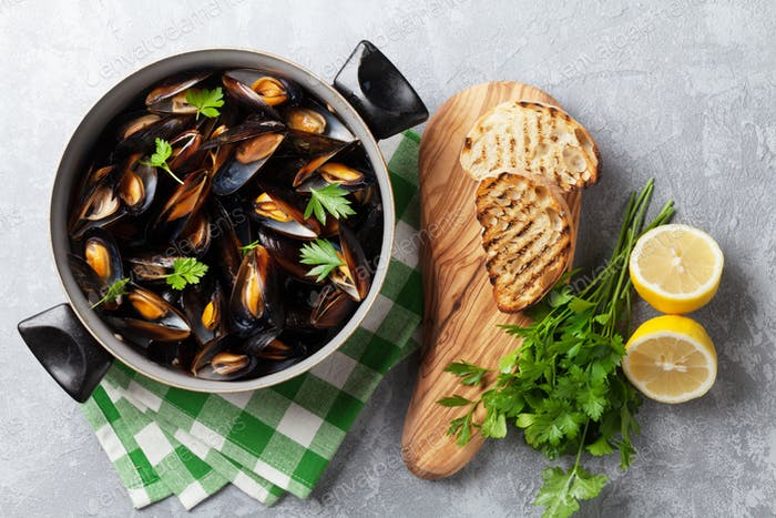 Mussels and bread toasts