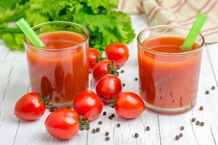 Erfrischendes Glas Tomatensaft mit Gemüse auf dem Hintergrund