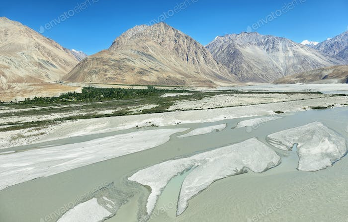 Shyok Fluss und Berge in Nubra Valley, Indien