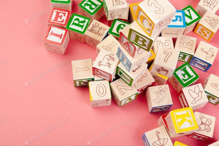 Buchstaben-Hintergrund. Holzwürfel mit Buchstaben mit Kopierraum
