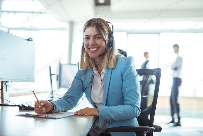 Weibliche junge Operatorin