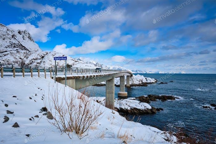 Djupfjord Brücke Djupfjordbrua im Winter. Lofoten, Norwegen