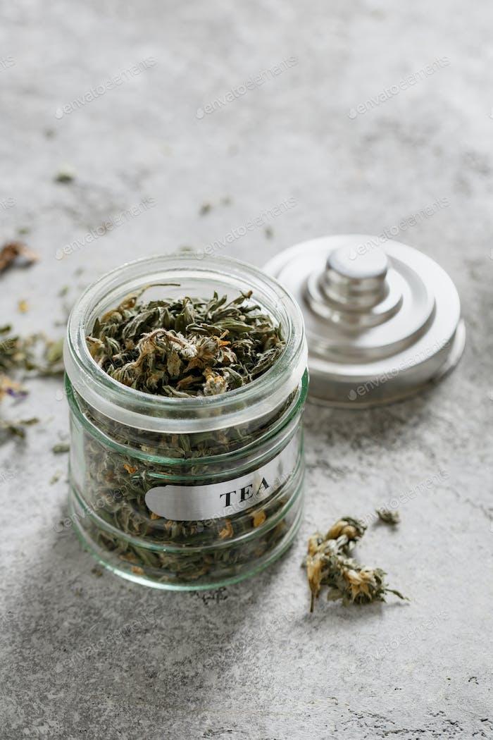 Frische getrocknete Kräuter und Blumen für Tee