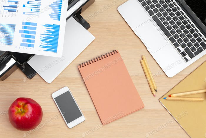 Impresora y computadora. Mesa de oficina. Vista superior