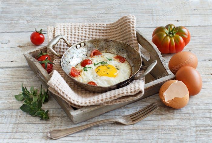 Huevo frito en una sartén vieja
