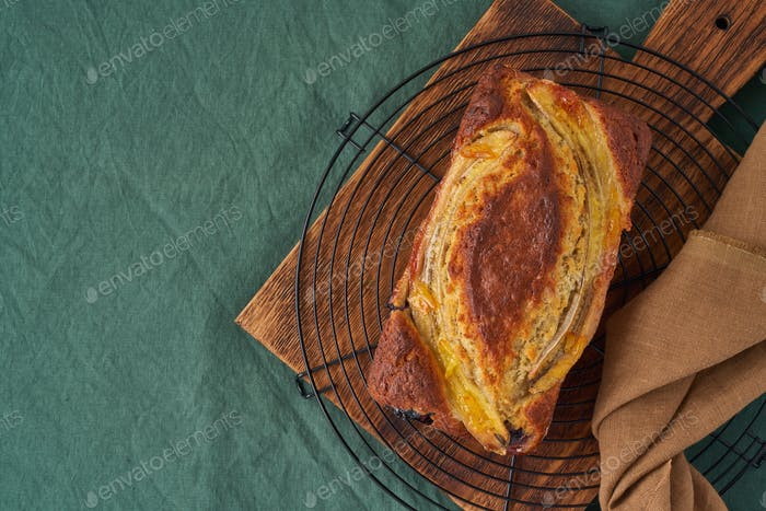 Bananenbrot, Kuchen mit Banane. Ganze Laib im Raster