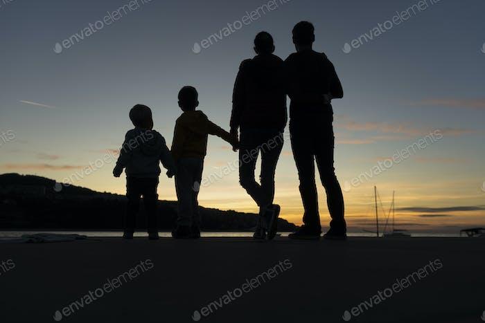 Familienwanderung im Freien bei Sonnenuntergang