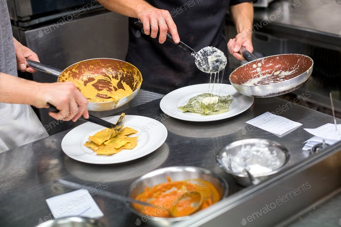 Köche, die Ravioli Pasta servieren
