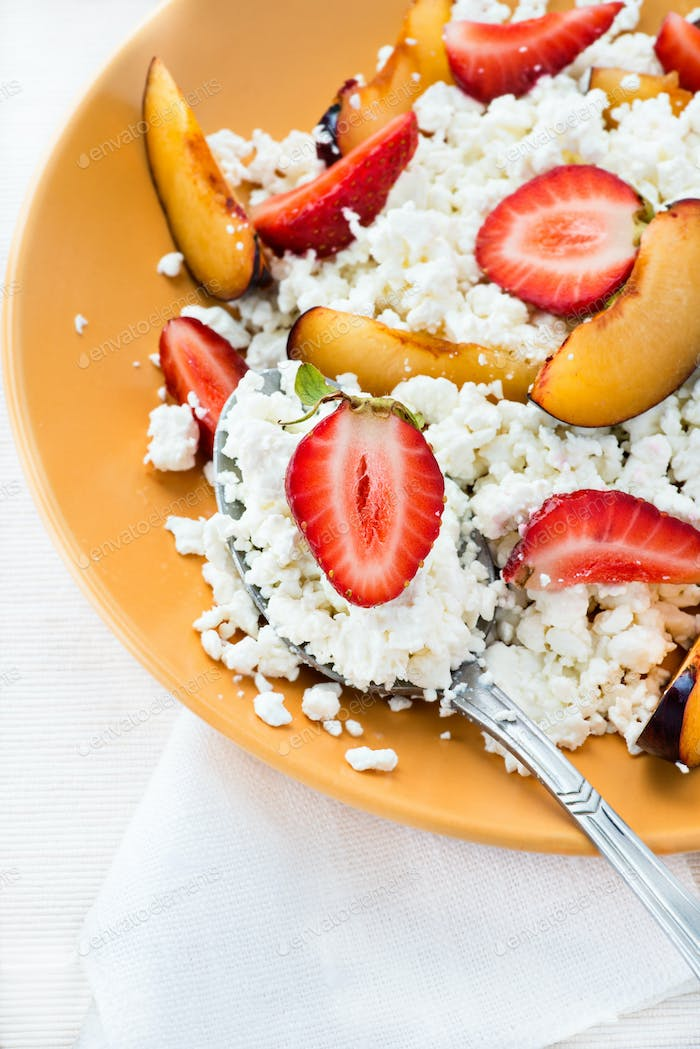 Cottage cheese with strawberries and plums