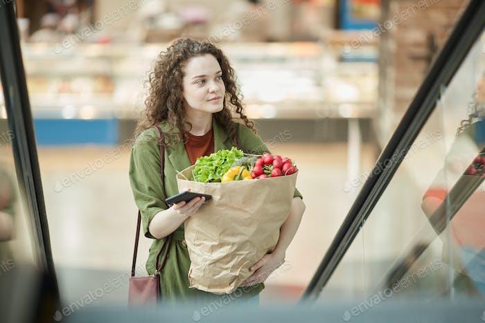 Junge Frau verlassen Lebensmittelgeschäft