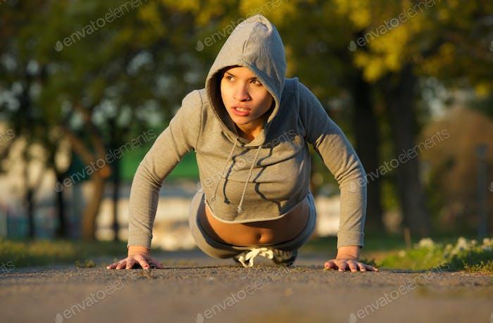 Schöne weibliche Athlet trainieren im freien