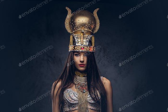 Портрет надменной египетской королевы в старинном костюме фараона.