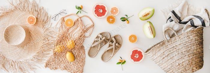 Sommerstimmung Layout mit femininen Accessoires und Früchten, Draufsicht