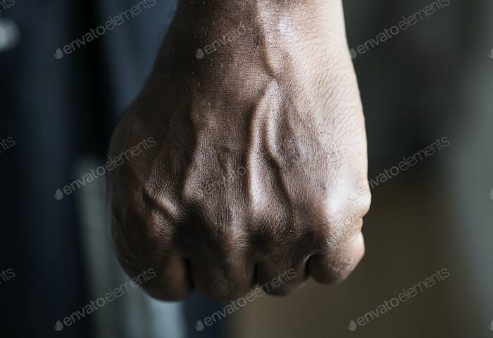 Nahaufnahme einer schwarzen Hand in der Faust