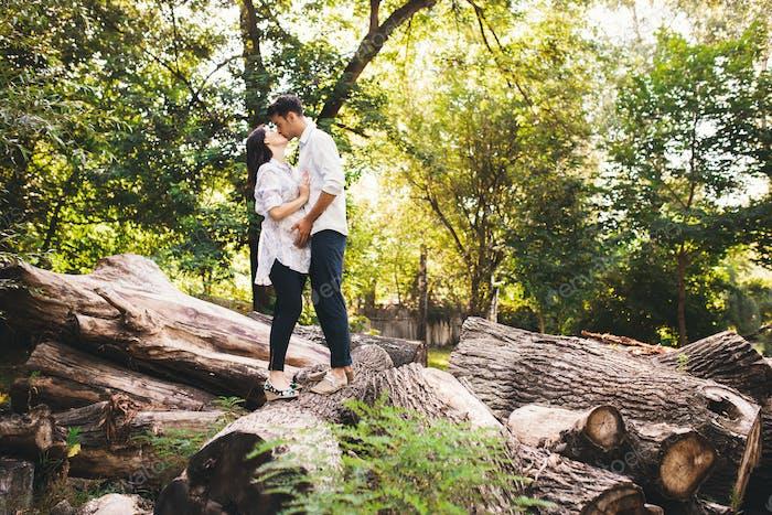 Schöne schwangere paar entspannen draußen im Wald