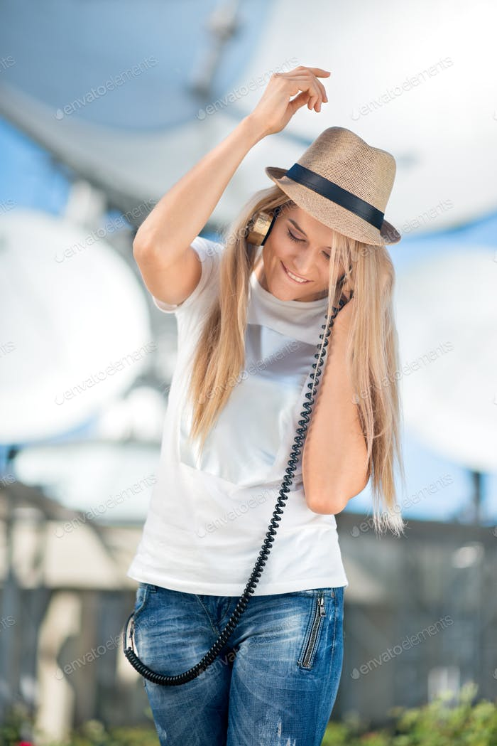 Glückliche junge Frau im Hut hören die Musik in Vintage-Musik