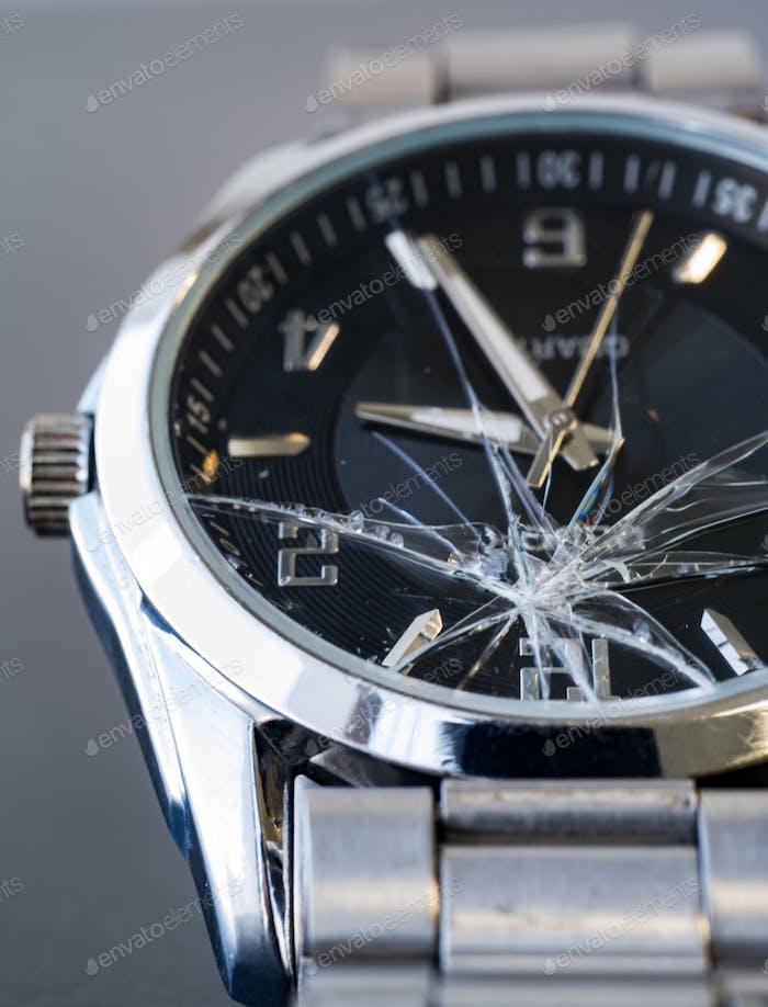 Uhr aus gebrochenem Glas