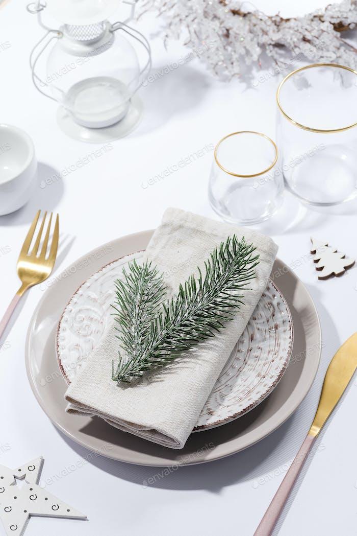 Festliche Tischdekoration im Winter mit Besteck auf dem Tisch. Weihnachtsgeschirr