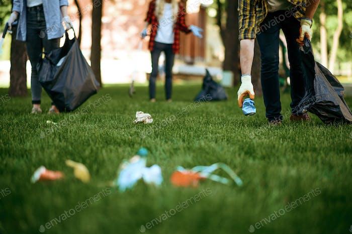 La gente recoge basura de plástico, voluntariado