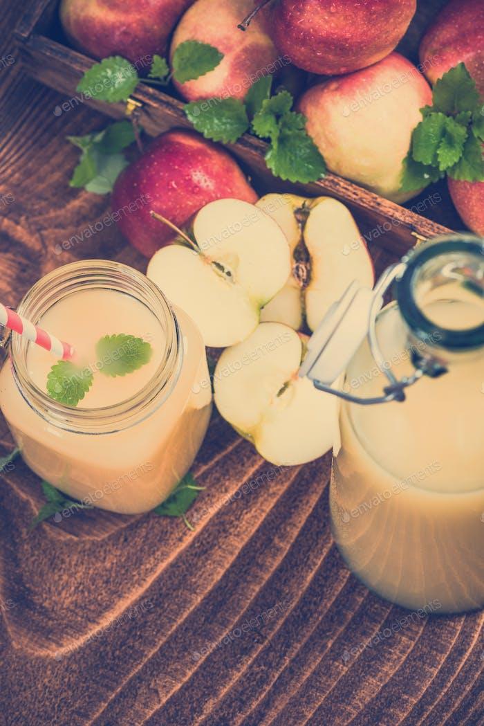 Frisch gepresster bewölkter Apfelsaft