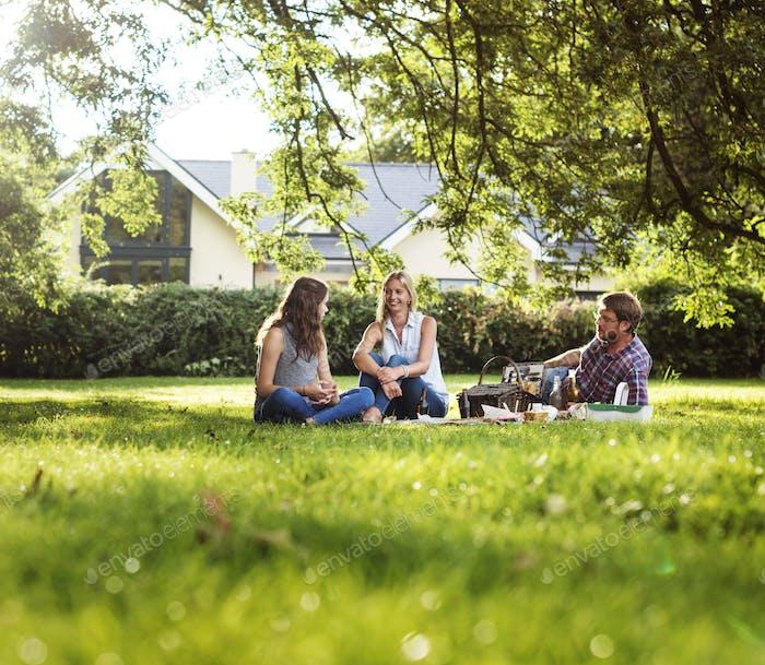 Familie Picknick im Freien Zusammengehörigkeit Entspannungskonzept
