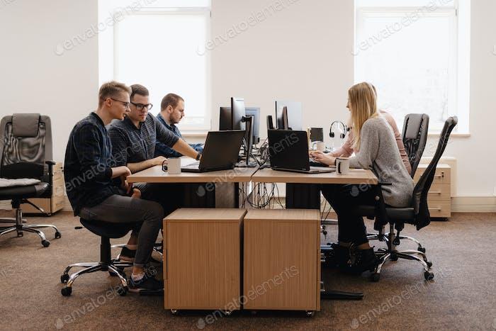Gruppe von jungen Geschäftsleuten, die im Büro arbeiten