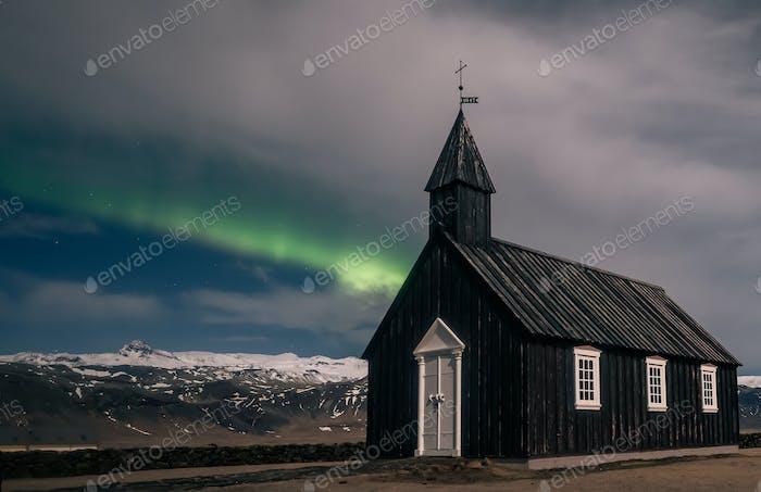 Nordlichter Aurora Borealis über Schwarze Kirche in Island