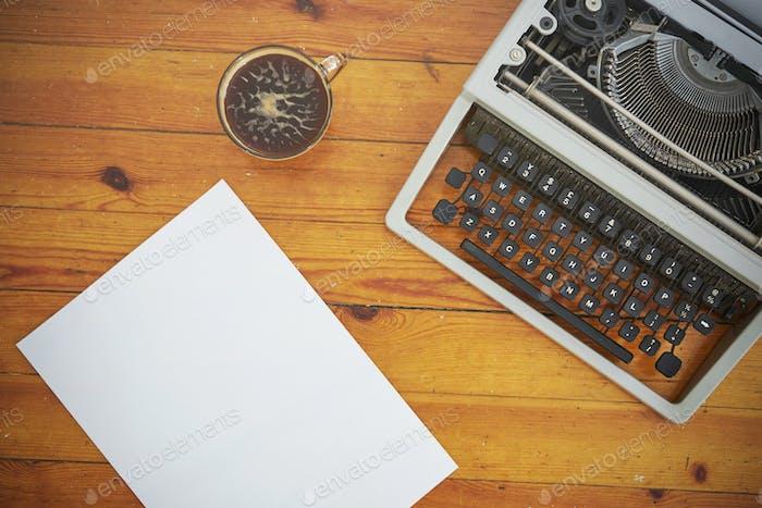 Máquina de escribir Vintage sobre Fondo de De madera