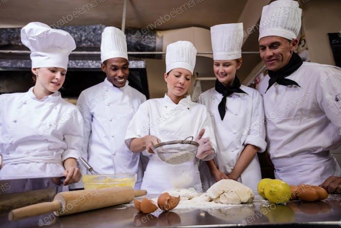 Koch bereitet Essen in der Küche zu