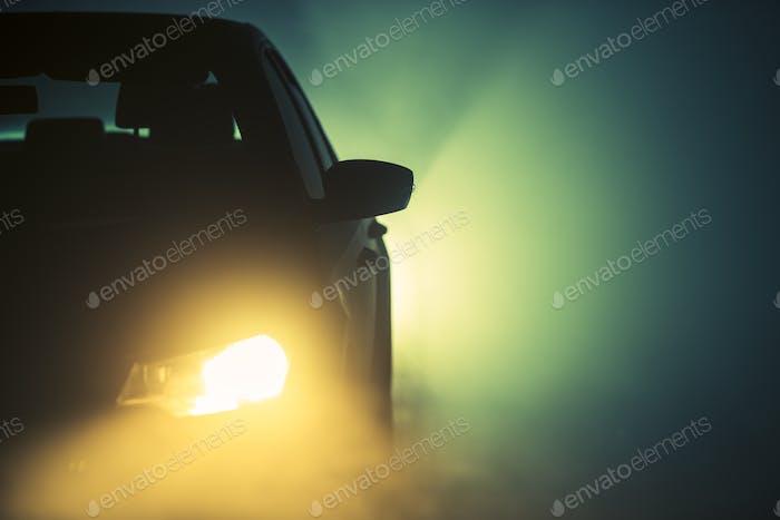 Brouillard sur la route la nuit