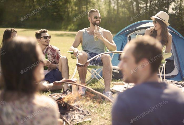 Relajarse con amigos en el campamento