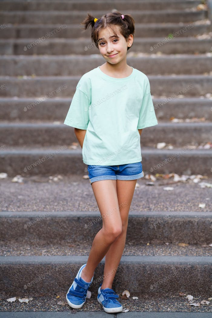 Placeit - Neunjähriges Mädchen stehend auf den Stufen im Freien
