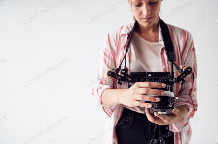 Weibliche Crew Member On Video Film Set Betrieb Wireless Follow Focus Modul In White Studio
