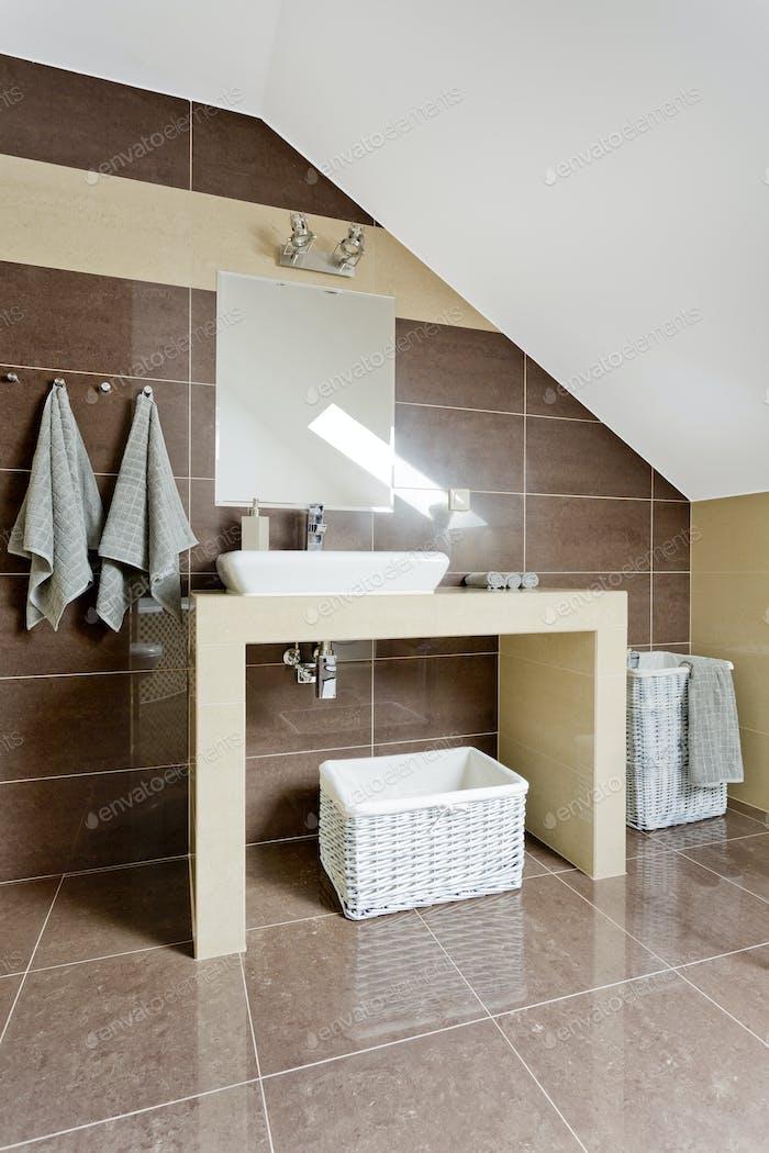Современная ванная комната на чердаке