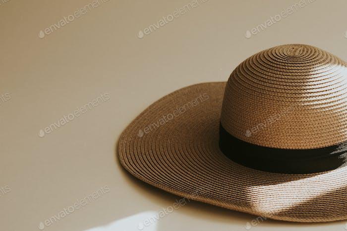Sombrero de paja de ala ancha sobre beige