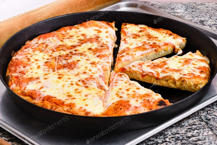 Große Margherita Pizza in einem Backblech geschnitten