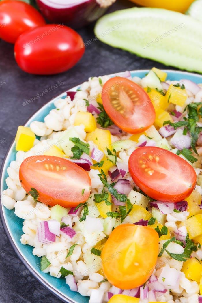 Ensalada con verduras y grañones bulgur. Comida saludable que contiene vitaminas y minerales