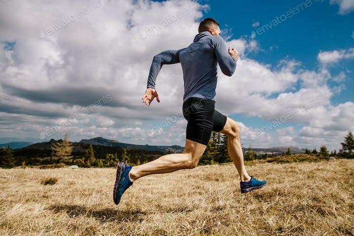 männlicher Läufer schnell laufend
