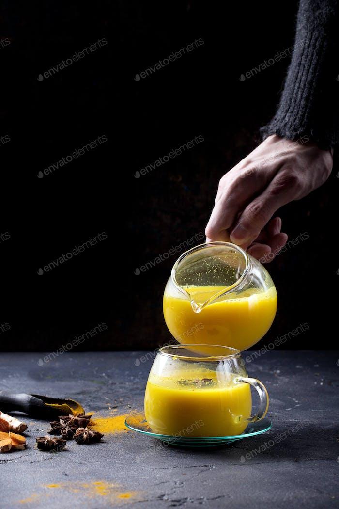 Tumermilch mit Gewürzen